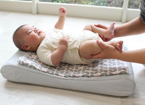 マットレスの上で赤ちゃんが仰向けになっている写真