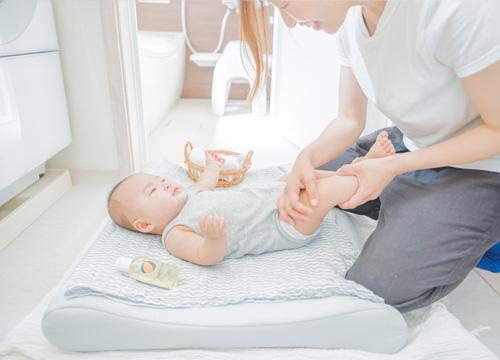 お風呂上がりにマットレスの上に赤ちゃんを寝かせている写真