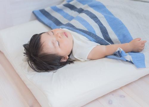 マットレスの上で子供が昼寝をしている写真