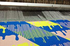 自社工場で生地を織っている写真